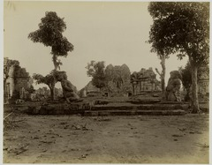 KITLV 28114 - Kassian Céphas - Temple Guardians for Tjandi Sewoe in Yogyakarta - Before 1891.tif
