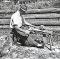 "Kavs Anton, Soča 115, pri Mergeciči, obrezuje doge za štare na ""stolu"" 1952 (2).jpg"