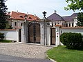 Koloděje, zámek, hlavní brána.jpg