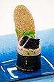 Lakserulle med spinat. Geleret laks omviklet med japansk nori-tang og en kerne af frisk kogt spinat. Pyntet med sort kaviar, rodlog, korvel og en lille skive handlavet knaekbrod med kommensmag.Tillagat av Kim Palhus, Ny Nordisk Mat.jpg