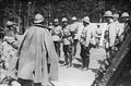 Le roi de Roumanie en conversation avec des soldats sur le front - Médiathèque de l'architecture et du patrimoine - AP62T103292.jpg