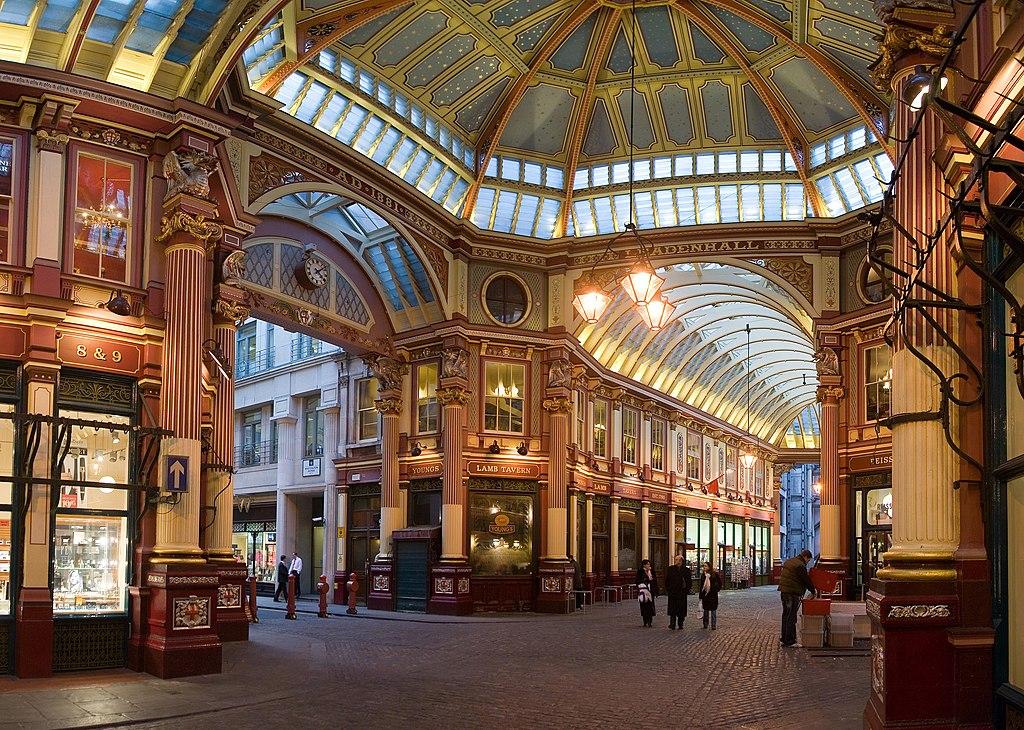 Intérieur du marché de Leadenhall à Londres.  (définition réelle 2500×1782)
