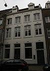foto van Huis met lijstgevel. De ingangsomlijsting in Lodewijk XV-stijl.