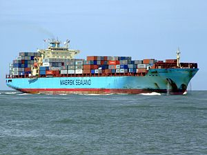 Maersk Gateshead p03 approaching Port of Rotterdam, Holland 08-Jul-2007.jpg