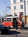 Malovanka, tramvaj v zastávce z profilu.jpg