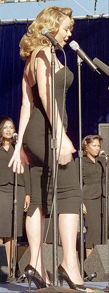 """Mariah Carey na base aérea americana Edwards, gravando o vídeo musical de """"I Still Believe"""", em dezembro de 1998."""