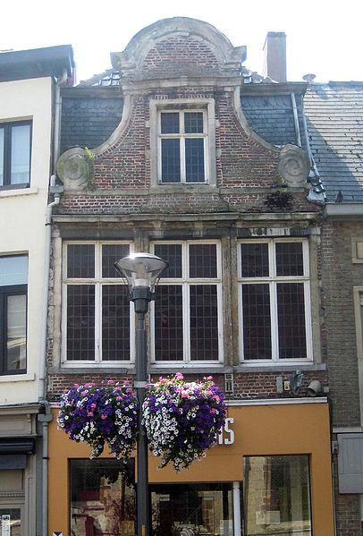 Dit 18de-eeuwse woonhuis met bakstenen klokgevel aan de Markt in Lokeren. In 1998 werd het pand beschermd als monument