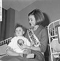 Miss Canada terwijl zij een kind op schoot heeft en het een appel aanbiedt, Bestanddeelnr 918-4774.jpg