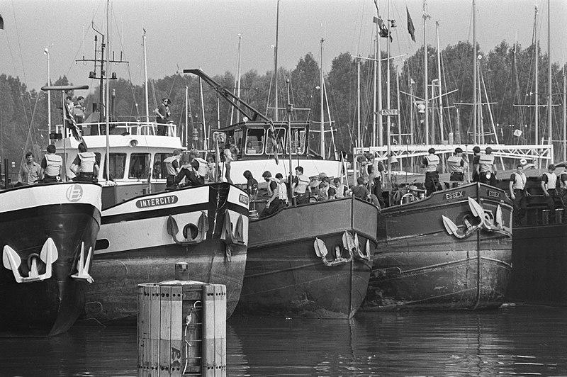 File:Mobiele Eenheid treedt op tegen blokkade door binnenvaartschepen, Bestanddeelnr 931-6257.jpg