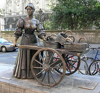 Molly Malone - Full statue of Molly Malone and her cart on Grafton Street (2007)
