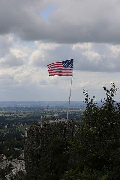 Site de la Cote 314, ou rochers de la Montjoie, à Mortain: drapeau américain rappelant le site de la bataille.