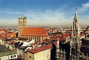 Frauenkirche και Δημαρχείο (δεξιά)