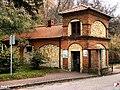 Nałęczów, Stróżówka - brama zachodnia - fotopolska.eu (255370).jpg