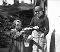 """Na lopatico dene oljko, žerjavico in """"pərsadno"""" (drugoletno) repo. To zažge in pokadi, ko se je otroku pərsadilo na roki, Ravne 1954.jpg"""