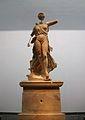 Nike de Peoni, vista frontal. Museu Arqueològic d'Olímpia.JPG