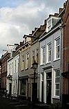 foto van Huizen met eenvoudige gepleisterde lijstgevels met scheidsmuren van oudere datum