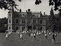 Op het C.I.O.S. geeft Mw. van Manen-Seters les in ritmische gymnastiek aan de leiders en leidsters van het K.N.G.V. Aangekocht in 1977 van fotograaf C. de Boer. Identificatienummer 54-004296, NL-HlmNHA 54004296.JPG