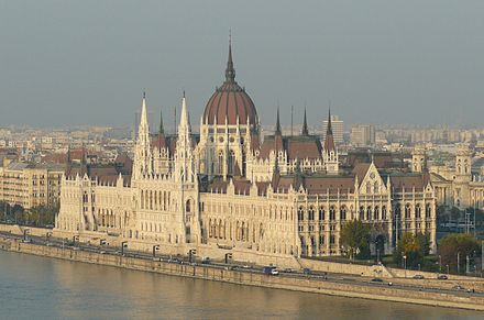 Hungarian Parliament Building on the bank of the Danube in Budapest Orszaghaz varbol.JPG