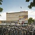 Overzicht voorzijde met entree met kunstwerk van W. Elenbaas, van gekleurd metselwerk met keramiek - Eindhoven - 20388639 - RCE.jpg