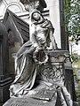 Père-Lachaise, Holding the wreath (10192832765).jpg