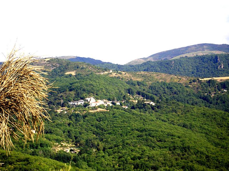 Castanet-le-Haut (34) - hameau de Pabau vu de la chapelle Saint-Eutrope, au premier plan, Moulières, à droite, le Péras.
