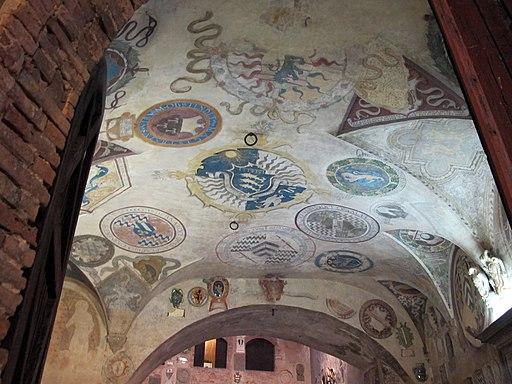 Palazzo vicariale di Certaldo, stemmi cortile