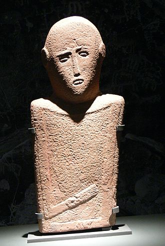 Saudi Arabia - Anthropomorphic stela (4th millennium BC), sandstone, 57x27 cm, from El-Maakir-Qaryat al-Kaafa (National Museum, Riyadh)