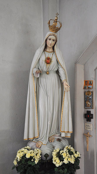 First Saturdays Devotion - Statue depicting the Immaculate Heart of the Blessed Virgin Mary as described by Sister Lúcia, the famous seer of Our Lady of Fátima.