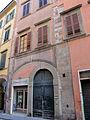 Pisa, antica casatorre con ghiera decorata.JPG