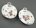 Porslin. Två vita fat med blomsterdekor - Hallwylska museet - 89226.tif