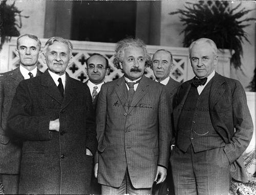 ثلاثة من الحائزين على جائزة نوبل في الفيزياء. الصف الأمامي LR: Albert A. Michelson (الفائز بجائزة 1907) ، ألبرت أينشتاين (الحائز على جائزة عام 1921) و Robert A. Millikan ( الحائز على جائزة عام 1923).