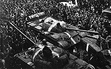 """Tanques soviéticos T-55 con """" carriles de invasión """" durante la Operación Danubio, 1968."""