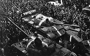 Deux chars d'assaut entourés par une foule dense.