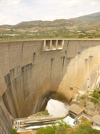 Béznar Reservoir - Image: Presa de Béznar 2