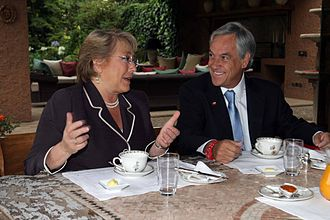 Sebastián Piñera - Piñera meeting with Michelle Bachelet during the presidential transition.