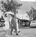 Prinses Beatrix in Suriname, Prinses met paraplu met Minister van Landbouw H. S., Bestanddeelnr 917-5184.jpg