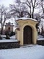 Prosek, brána hřbitova u svatého Václava.jpg