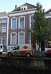 foto van Herenhuis met bijbehorende stoep en stoeppalen
