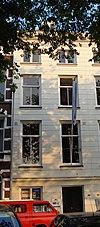 Koopmanshuis, met eenvoudige, gepleisterde lijstgevel en brede cordonlijst boven de onderpui