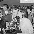 Rudi Carrell met de Zilveren Roos bij aankomst op Schiphol, Rudi Carrell en Anne, Bestanddeelnr 916-3515.jpg
