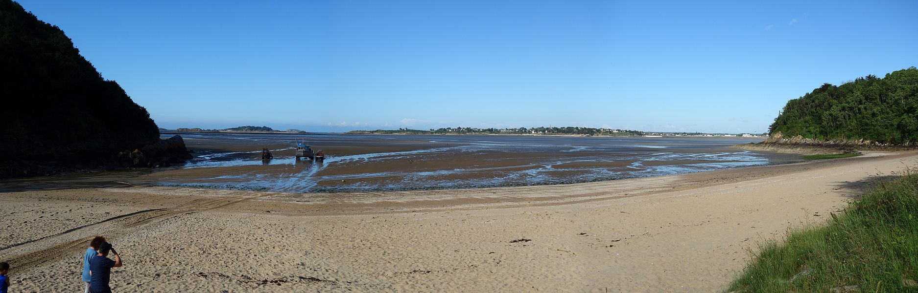 View from the beach of the Four Vaux - In the background quite far away, the Island of Hébihens ...