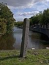 foto van Grenspaal in het plantsoen Vlaardingerdijk, einde Korte Haven zich bevindende op het grondgebied van de gemeente Schiedam, doch eigendom van het Hoogheemraadschap Delfland en Schieland