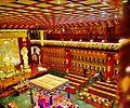 Singapore Buddha Tooth Relic Temple Innen Vordere Gebetshalle 01.jpg