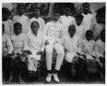 Skolbarn i Tamboenan, Lojnang. I mitten sitter skolläraren som är ambones - SMVK - 000241.tif
