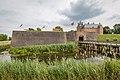 Slot Loevestein, Poederoijen, met slotgracht.jpg