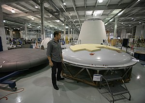 English: Elon Musk inspects the heat shield as...