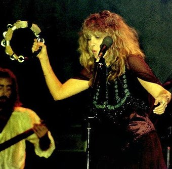 Nicks performing in 1977 Stevie Nicks Fleetwood Mac 03.jpg