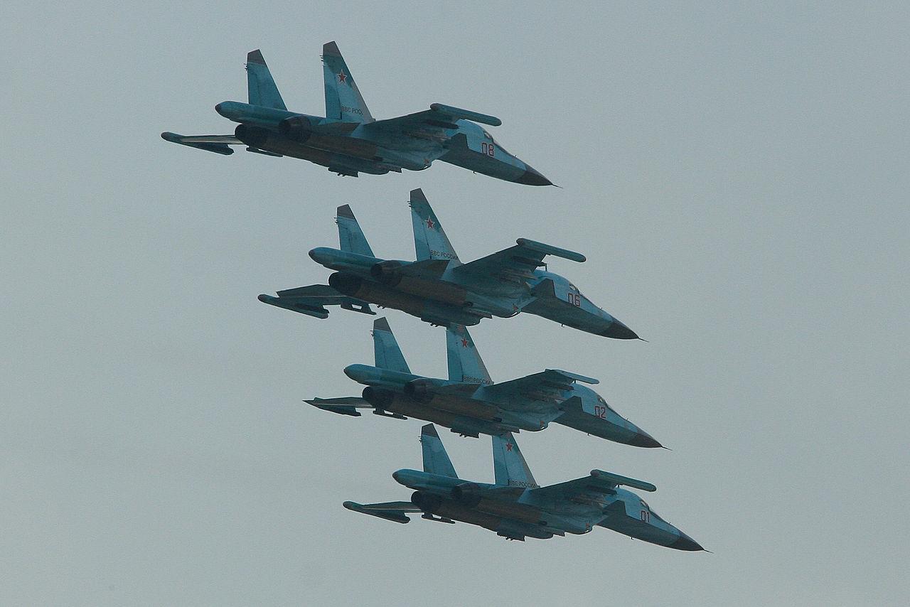 https://upload.wikimedia.org/wikipedia/commons/thumb/4/48/Suhkoi_Su-34_Fullback_formation_-_Zhukovsky_2012_%288712622901%29.jpg/1280px-Suhkoi_Su-34_Fullback_formation_-_Zhukovsky_2012_%288712622901%29.jpg