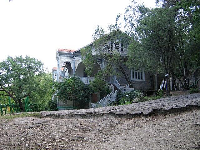 Вид на дачу от входа в музей.  Посёлок Джанхот (Краснодарский край)