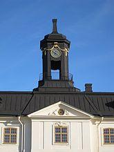 Fil:Svartsjö slott, klocklanternin och tympanon, 2016a.jpg